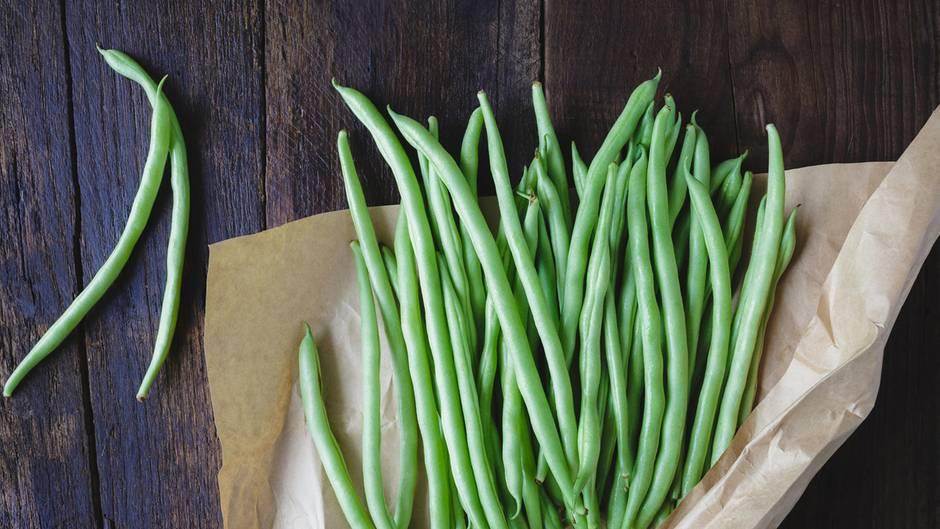 Grüne Bohnen     Grünen Bohnen klingen zwar harmlos , dennoch sind diese roh nur eingeschränkt genießbar. Sie enthalten das giftige Lektin Phaseolin, das durchs Kochen zerstört wird. Das Genießen von rohen Gartenbohnen kann bei Kindern zu heftigen Vergiftungen führen.
