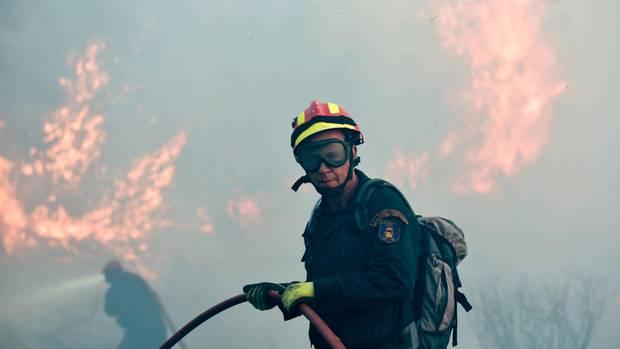 Kampf gegen die Hitze und das Feuer: Feuermann in Kalamos bei Athen
