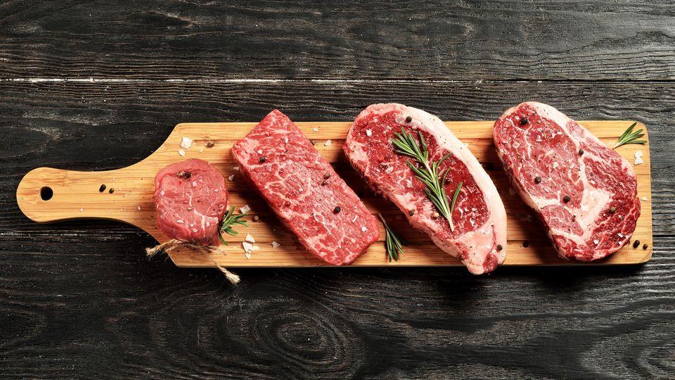 """Rindfleisch ist reich an Tryptophan, eine Aminosäure, die bei der Melatonin-Produktion beteiligt ist. Das Hormon Melatonin hilft, den Schlaf zu regulieren, sagt der Schlafexperte dem Online-Magazin """"Insider""""."""