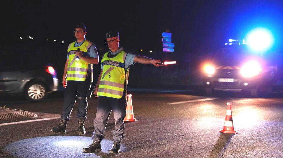 Polizisten leiten nach dem Zwischenfall den Verkehr bei Sept-Sorts nahe Paris um