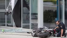 Ein Polizist untersucht nach dem Unglück das Motorrad der Stuntfrau