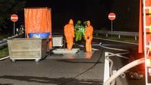Nachrichten aus Deutschland: Feuerwehrmänner auf der Autobahn 24 bei Walsleben (Brandenburg) im Einsatz