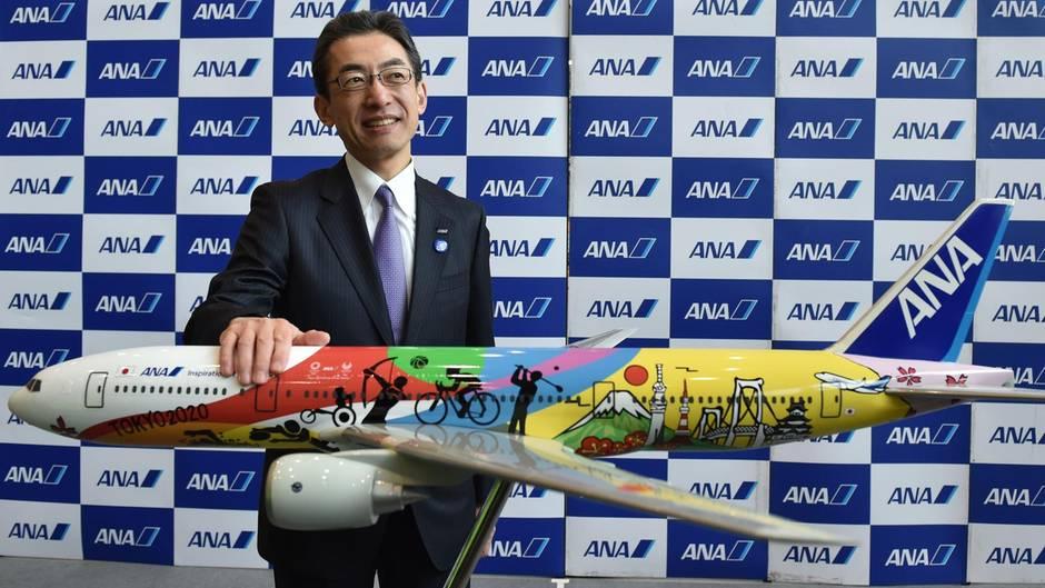 Rang 15: All Nippon Airways  Mit 47,3 MillionenPassagieren im Jahre 2016 ist ANA laut der Statistik der Weltluftfahrtorganisation IATA die größte Fluglinie Japans. Zum Streckennetz gehören 116 innerjapanische und 83 internationale Verbindungen. Im Bild stellt ANA-Präsident Yuji Hirako die Sonderlackierung für einen Jet vor, der für die Olympischen Sommerspiele 2020 in Tokio werben soll.