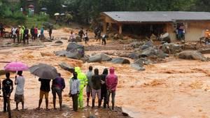 Sierra Leone: Einwohner in Freetown sehen auf die Fluten