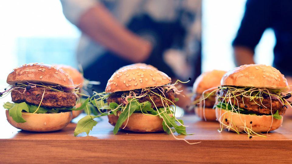 Drei Burger mit Mehlwürmern stehen zur Verkostung bereit