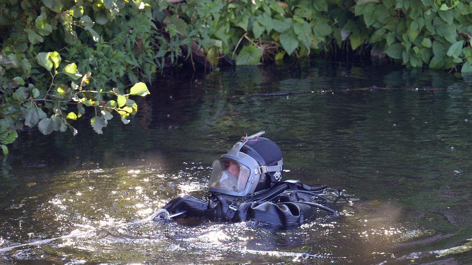 Erneut sind in Hamburg Polizeitaucher auf der Suche nach weiteren Leichenteilen