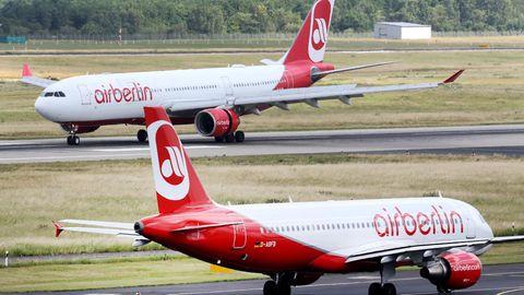 Zwei Maschinen von Air Berlin auf dem Rollfeld - Die Airline hat aber Insolvenz angemeldet