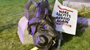 Proteste in den USA: Ein vom Sockel gestürztes Konföderierten-Denkmal liegt am Boden
