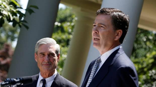 Im Rosengarten des Weißen Hauses steht Robert Mueller im Juni 2013 neben seinem Nachfolger im Amt des FBI-Direktors, James Comey (r.)