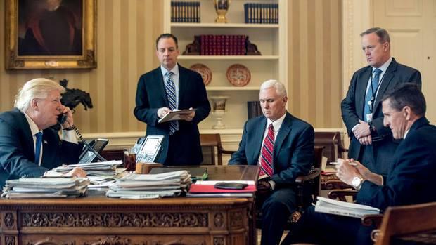 Im Januar telefonierte Trump mit Putin. Nur Vizepräsident Mike Pence (M.) ist heute noch im Amt. Stabschef Reince Priebus (2. v. l.) und Pressesprecher Sean Spicer (2. v. r.) wurden gefeuert, Sicherheitsberater Mike Flynn musste zurücktreten
