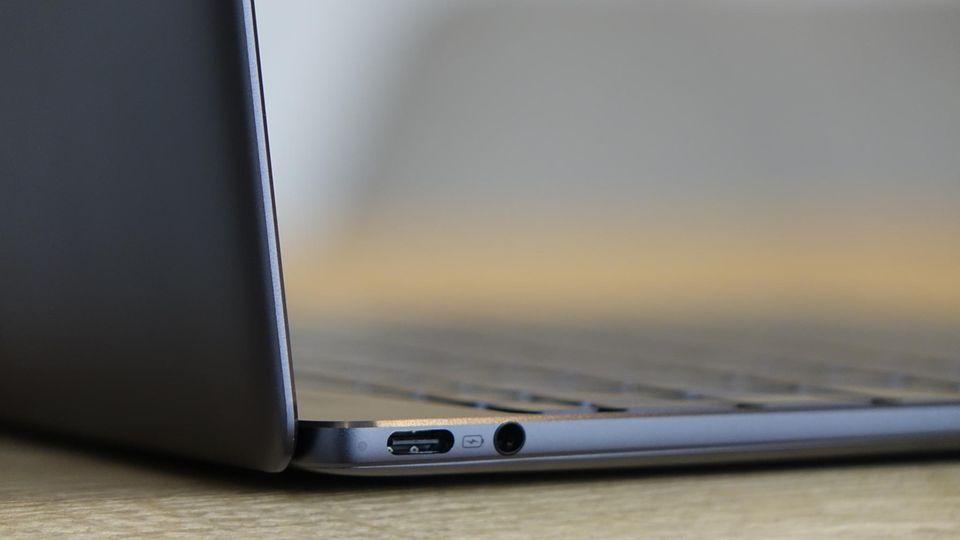 zwei USB-C-Schnittstellen und eine Kopfhörerbuchse - mehr Anschlüsse hat das Matebook X nicht.
