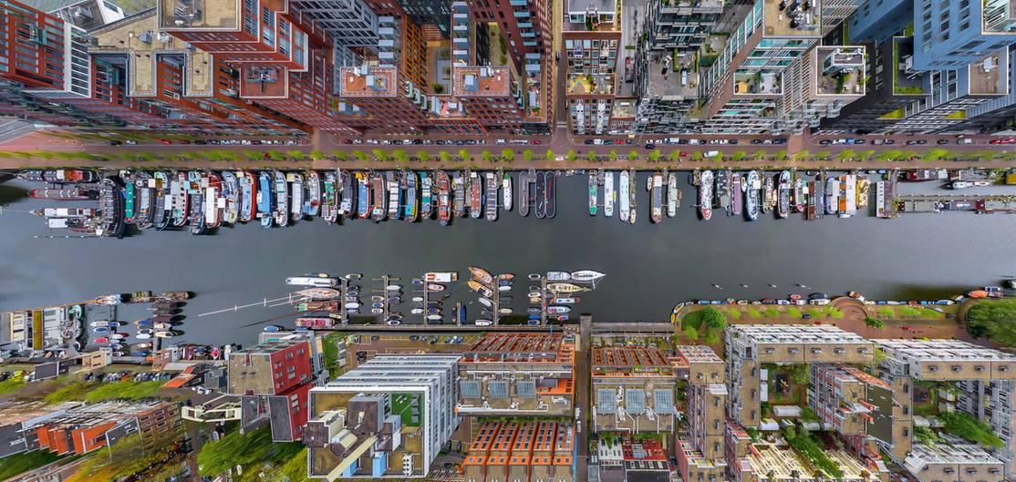 """Neubauten in einer alten Stadt am Wasser: Die Aufnahme aus der Vogelperspektive entstand in Amsterdam und ist dem Bildband """"Neue Weltbilder - Atemberaubende Ansichten unserer Erde"""" entnommen."""
