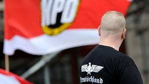 Ein Unterstützer der NPD auf einer Kundgebung in Berlin