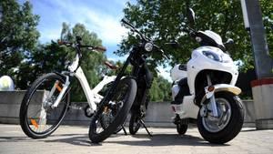Roller und Fahrrad am Wegesrand
