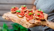 Basta! Genießen Sie die köstliche Bruschetta direkt vom Grill. Buon appetito!