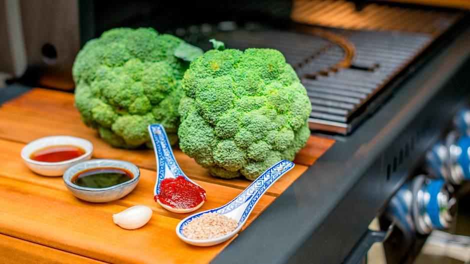 Was Sie für Brokkoli mit koreanischem Dip brauchen? Brokkoli, Gochujang (koreanische Chilipaste), Sojasauce, Sesamöl, Knoblauch und Sesamkörner. Vermengen Sie alle Zutaten (bis auf den Brokkoli) zu einem Dip.