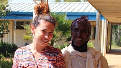 """Als ich Katima (rechts) frage, wie alt sie sei, zuckt sie mit den Schultern. """"Vielleicht 80"""", übersetzt die Dolmetscherin. """"Oder 60"""". Ein bezeichnender Moment"""