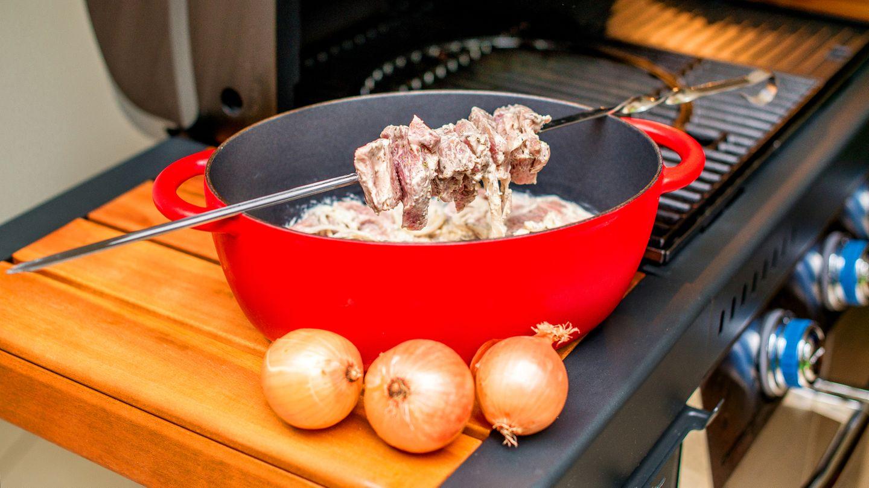 Den Schweinenacken in Würfeln haben wir knapp 48 Stunden in Majonnaise, Zwiebeln, Knoblauch und Gewürzen eingelegt.