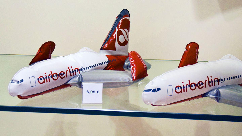 Air-Berlin-Flugzeuge zum Aufblasen liegen in einer Verkaufsvitrine am Hamburger Flughafen
