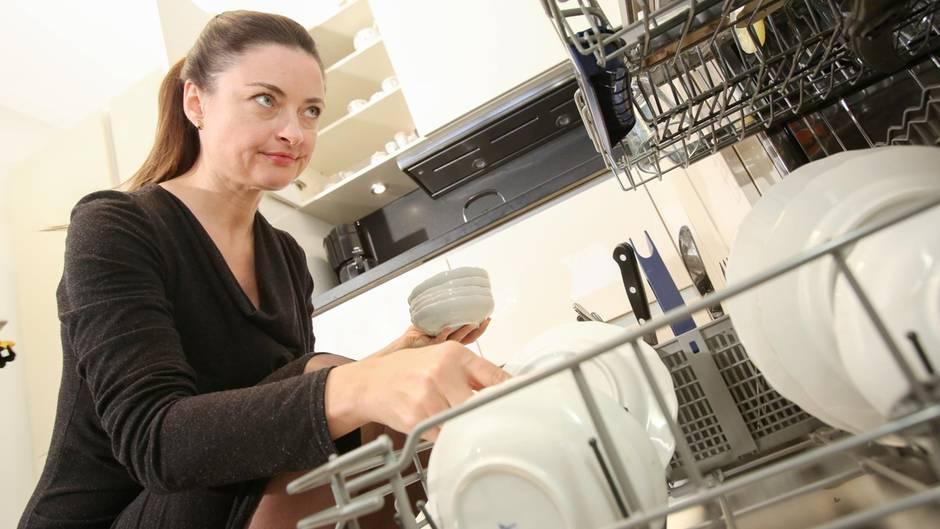 Mutter räumt die Geschirrspülmaschine aus und findet beschämenden Gegenstand der Tochter