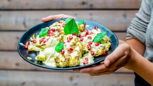 Servieren Sie den gegrillten Blumenkohl mit dem Dip: die perfekte Mahlzeit vom Grill - nicht nur für Vegetarier.