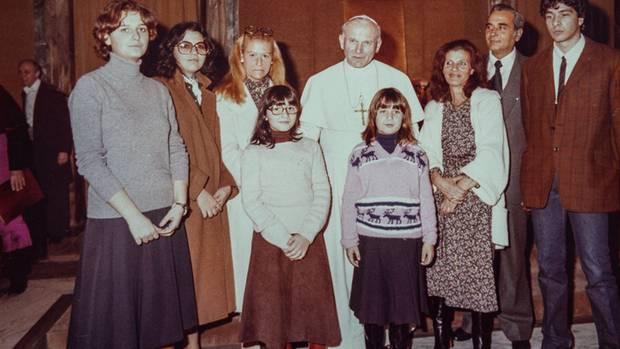 Die Welt des Vatikans ist klein: Familie Orlandi mit Johannes Paul II. – vor ihm mit Brille Emanuela, ganz außen ihr Bruder Pietro