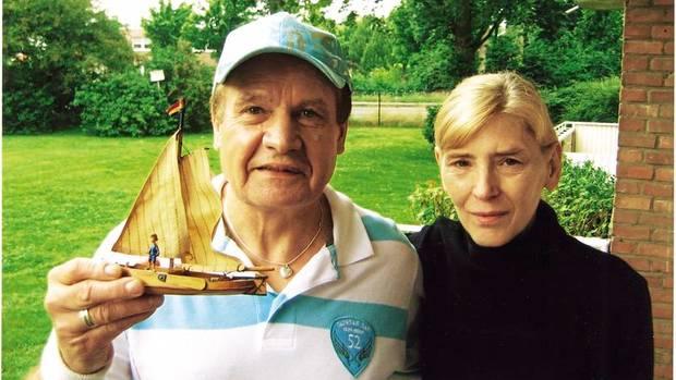 Frank und Inge auf dem Balkon ihrer Wohnung. Sie träumten davon, mal mit einem Segelboot zu fahren