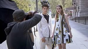 """Robin und Jasmin beim gemeinsamen Fotoshooting für das Taschenlabel """"Suri Frey""""."""