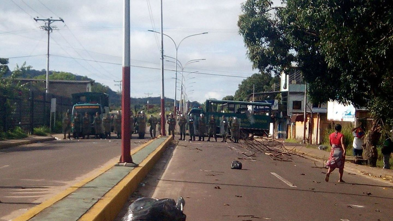 Einsatzkräfte blockieren den Zugang zum Gefängnis in Puerto Ayacucho, im Amazonasgebiet Venezuelas.