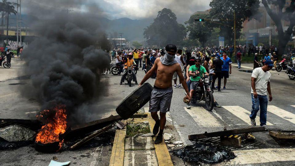 Regierungsgegner entzünden Barrikaden. Seit Monaten erschüttern Proteste das Land