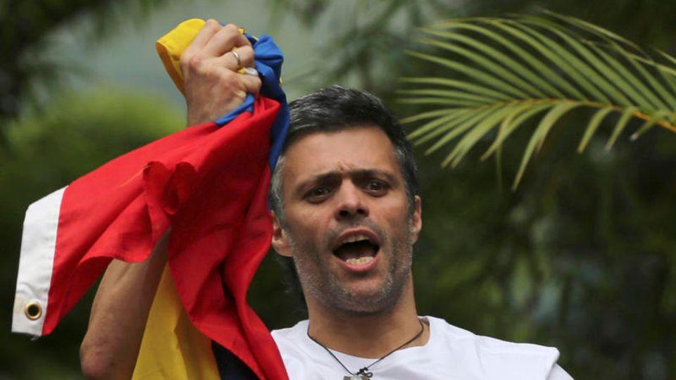 Leopoldo López mit der Flagge seines Heimatlandes