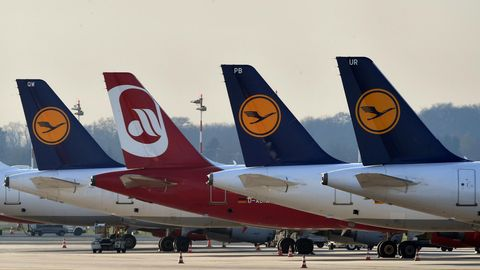 Flugzeuge von Air Berlin und Lufthansa am Düsseldorfer Flughafen