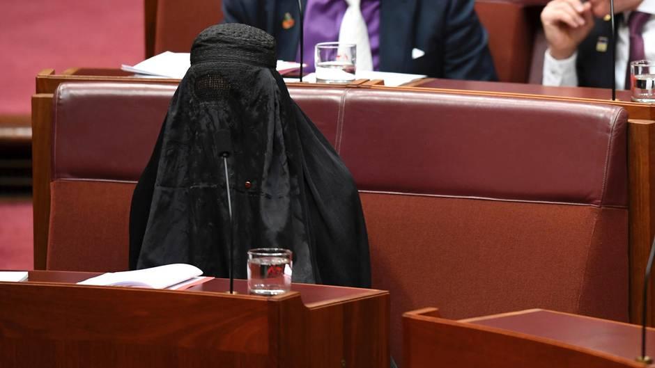 Australien: Pauline Hanson sitzt vollverschleiert mit einer Burka im Parlament
