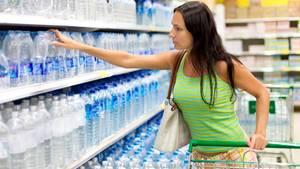 Die Auswahl an Mineralwasser im Supermarkt ist meist üppig