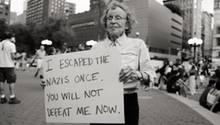 Marianne Rubin mit einem Plakat auf dem Union Square