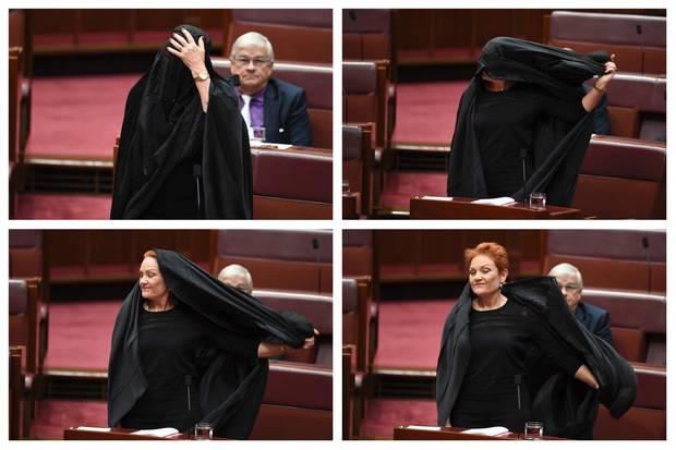 Pauline Hanson zieht ihre Burka im Parlament aus