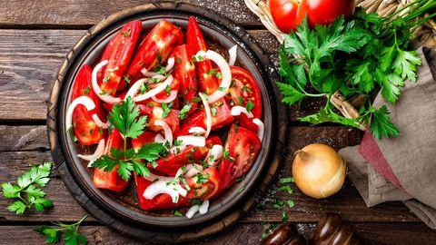 Zutaten: Strauchtomaten, 1 rote Zwiebel, 1 Bund Petersilie, Olivenöl, Balsamicoessig, Salz, Pfeffer