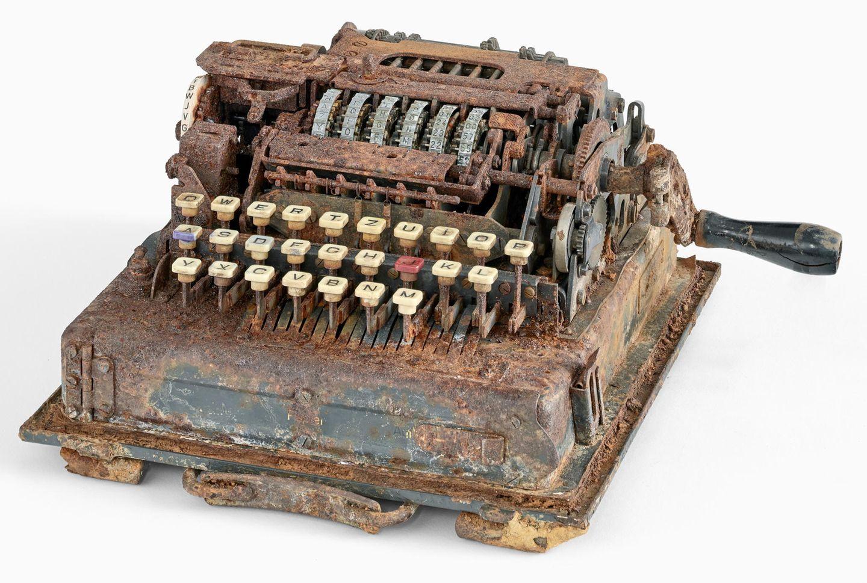 """Aying, Deutschland. Hobby-Schatzsucher haben im Wald nahe des oberbayerischen Ortes ein äußerst seltenes Chiffriergerät aus dem Zweiten Weltkrieg entdeckt. Die sogenannte """"Hitlermühle"""" sieht auf den ersten Blick aus wie eine alte Feldschreibmaschine. Sie sollte kurz vor Kriegsende das berühmte Chiffriergerät Enigma ablösen, das im Zweiten Weltkrieg zur geheimen Übermittlung von Nachrichten verwendet wurde. Nur rund 500 Geräte waren im Einsatz."""