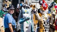 """Berlin, Deutschland. Eine Polizeibeamtin kümmert sich um Teilnehmer der """"Eurofurence"""". Mehr als 2700 Fans der Fellkostüme treffen sich für drei Tage in der Hauptstadt. Das Wort """"furry"""" stammt aus dem Englischen und bedeutet """"pelzartig"""" oder """"haarig"""". Auch die Teilnehmer tragen Pelzkostüme und verwandeln sich so in Tiger, Waschbären, Füchse oder Huskys."""