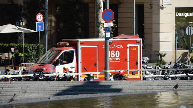 """An der Einkaufsstraße """"La Rambla"""" in Barcelona sind Krankenwagen aufgefahren"""