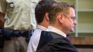 Messerstecherei von Grafing bei München: Der Angeklagte sitzt neben seinem Rechtsanwalt vor dem Landgericht München