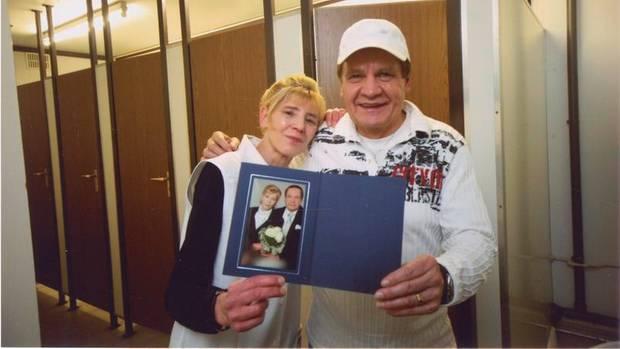 """Inge und Frank mit ihrem Hochzeitsbild vor den Toiletten im """"Heaven"""""""