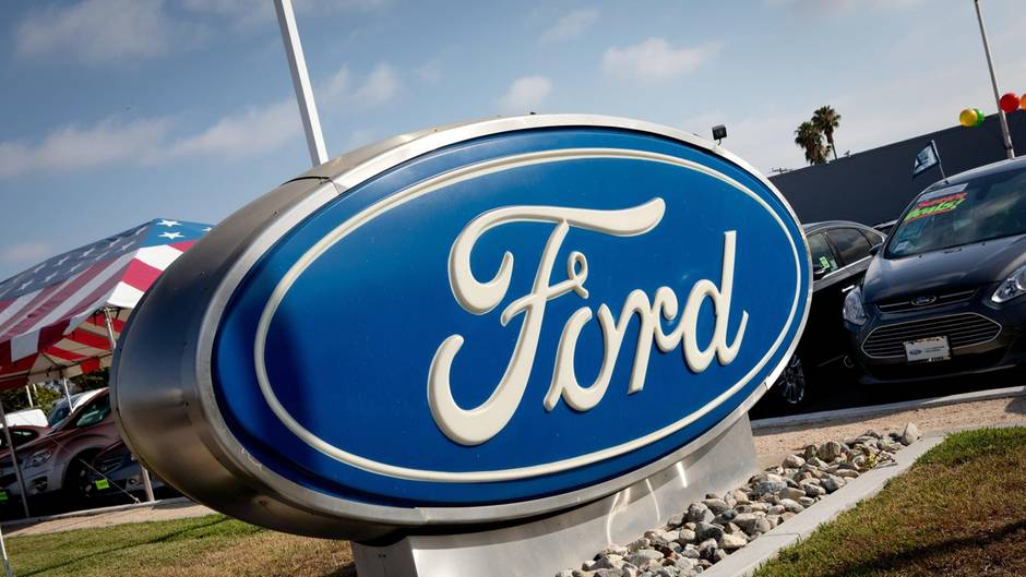 Das Ford-Logo bei einem Autohändler in San Diego