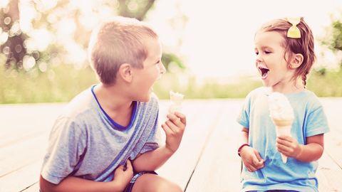 Zwei Kinder essen Eis