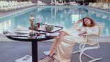 Faye Dunaway sitzt nach der Oscar-Verleihung früh morgens am Pool