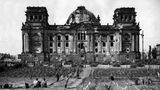 Gemüsegarten vor dem zerbombten Reichstag