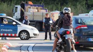 Nach dem Anschlag in Barcelona kontrolliert die spanische Polizei Fahrzeuge an der spanisch-französischen Grenze