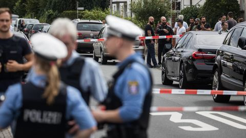 Ein Vater bringt Kind zum Auto und wird erschossen. Der Täter flüchtet.