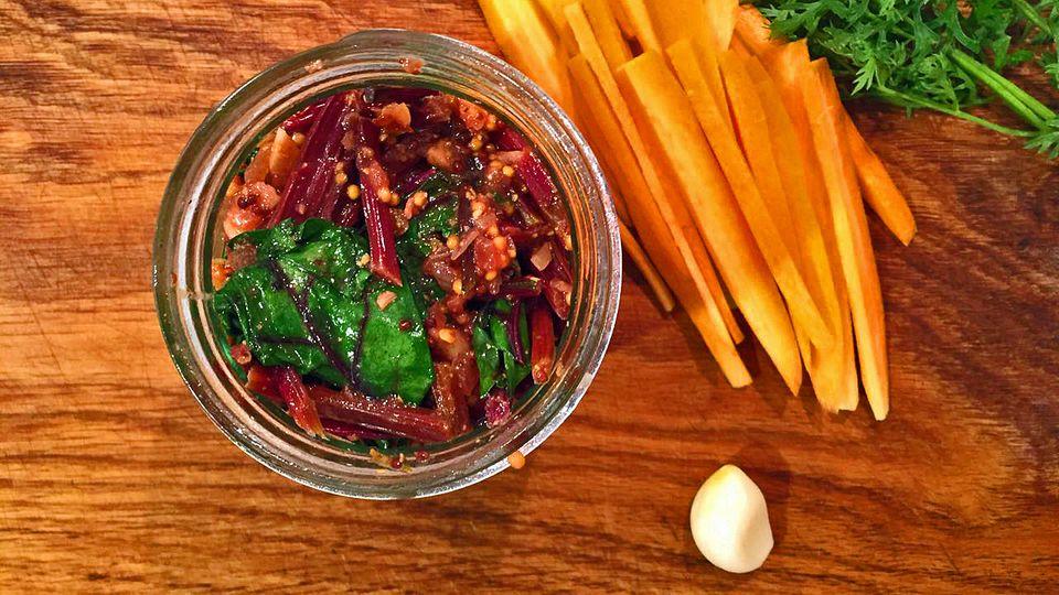 Die Möhren und das Möhrengrün sind nur Deko. Was zählt ist der Inhalt im Glas: Rote-Bete-Blätter-Chutney