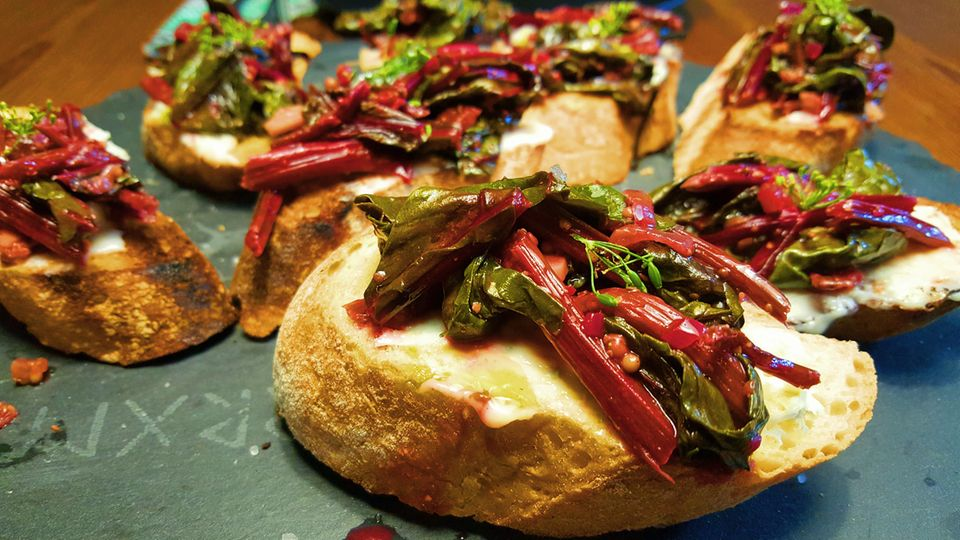 Bruschetta mit Gorgonzola und Randenblätter-Chutney